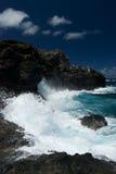 De neerstorting van golven langs de het noordenkust van Maui Royalty-vrije Stock Fotografie