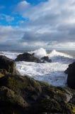 De neerstorting van golven op Fife kust stock foto's