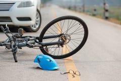 De neerstorting van de ongevallenauto met fiets op weg stock afbeeldingen