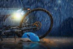 De neerstorting van de ongevallenauto met fiets in regenachtig weer stock afbeelding