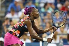 De negen keer Grote Slagkampioen Venus Williams tijdens eerste ronde dubbelen past met teammate Serena Williams aan bij US Open 2 Stock Fotografie