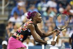 De negen keer Grote Slagkampioen Venus Williams tijdens haar eerste ronde dubbelen past met teammate Serena Williams aan bij US Op Stock Afbeelding