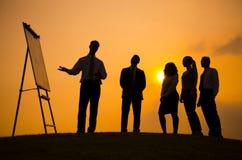 De negocios de la reunión de la puesta del sol consultor Concept al aire libre Imagen de archivo