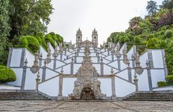 De neoklassieke Basiliek van Bom Jesus do Monte/Kerkgodsdienst faithfuls/Braga Portugal stock foto's