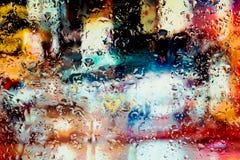 De neonlichten achter water daalt dicht omhoog stock fotografie