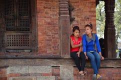 De Nepalese mensen rusten bij het Vierkant van Basantapur Durbar Royalty-vrije Stock Foto's
