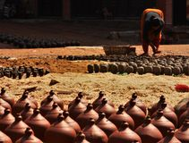 De Nepalese mensen vormen en drogen keramiekpotten in Aardewerkvierkant op royalty-vrije stock afbeelding