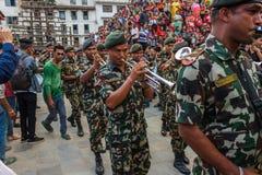 De Nepalese militaire musici presteren in Indra Jatra in Katmandu, Royalty-vrije Stock Afbeeldingen