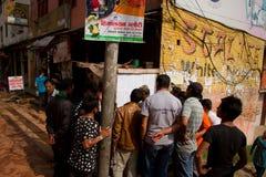 De Nepaliingezetenen lezen een bericht verklarend zij die binnen zijn gestorven stock afbeeldingen