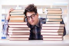 De nerd grappige student die voor universitaire examens voorbereidingen treffen stock foto's