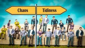 De Netheid van het straatteken tegenover Chaos stock foto