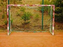 De netto achtergrond van de voetbalvoetbal over groen gras en onscherp stadion Sluit omhoog Detail stock foto