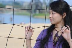 De netto vrouw en het volleyball van de vlinder Stock Fotografie