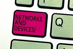 De Netwerken en de Apparaten van de handschrifttekst Conceptenbetekenis die wordt gebruikt om computers of ander elektronisch app royalty-vrije stock afbeeldingen
