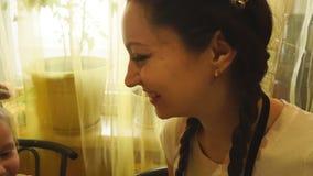 De neus van de mammadochter geeft lepel het spelen stock footage