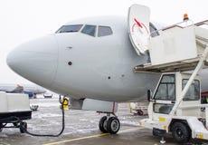 De neus van de vliegtuigen, in het parkeren bij de luchthaven, onderhoud na het landen Stock Afbeelding