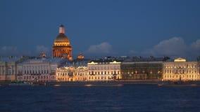 De Neva-dijk bij nacht Heilige-Petersburg stock footage