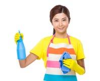 De nevel en de handdoek van het huisvrouwengebruik stock afbeelding