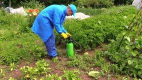 De nevel van de landbouwersmens bevrucht pesticidenchemisch product op installaties Royalty-vrije Stock Fotografie