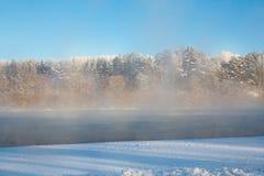 De nevelige dageraad van het de winterlandschap op de de winterrivier Stock Afbeelding