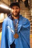 De New York City o corredor 2017 de maratona não identificado veste a medalha da estação de acabamento Fotos de Stock