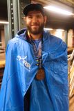 De New York City o corredor 2017 de maratona não identificado veste a medalha da estação de acabamento Imagem de Stock
