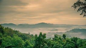 De niebla en las montañas con el cielo dramático almacen de metraje de vídeo