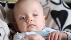 De niesgeluiden van de babyjongen stock footage