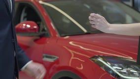 De niet erkende verkoper geeft een auto sluit aan niet erkende onderneemster en de schok dient het autohandel drijven in Autotoon stock footage