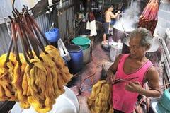 De niet geïdentificeerde arbeiders koken zijde Stock Afbeelding