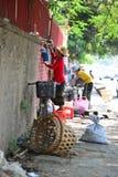 De niet geïdentificeerde Birmaanse vrouwen verkoopt traditioneel straatvoedsel in Myan Royalty-vrije Stock Fotografie