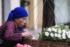 De niet geïdentificeerde bloemverkoper bij de kleine bloem brengt in de war Stock Fotografie