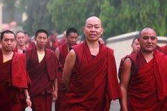De niet geïdentificeerde Boeddhistische monniken lopen in groep voor morgengebed op 29 Maart, 2015 in Bylakuppe, India Royalty-vrije Stock Fotografie
