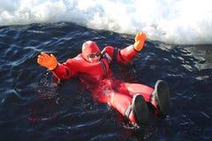 De niet geïdentificeerde die toeristen met een ijs van het overlevingskostuum worden opgevoerd zwemmen in bevroren Oostzee Royalty-vrije Stock Foto's