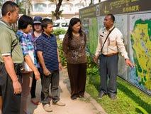 De niet geïdentificeerde gids verklaart de kaart van Kambodja Stock Afbeelding