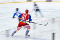 De niet geïdentificeerde hockeyspelers concurreren tijdens Hockeygelijke royalty-vrije stock fotografie
