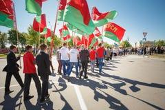 De niet geïdentificeerde Jeugd van Patriottische Partij Brsm houdt Vlaggen op Stock Foto