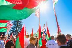 De niet geïdentificeerde Jeugd van Patriottische Partij Brsm houdt Vlaggen op Royalty-vrije Stock Foto's