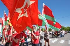 De niet geïdentificeerde Jeugd van Patriottische Partij Brsm houdt Vlaggen op Stock Fotografie