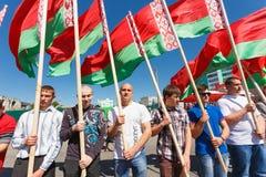 De niet geïdentificeerde Jeugd van Patriottische Partij Brsm houdt Vlaggen op de Viering van Victory Day Royalty-vrije Stock Foto