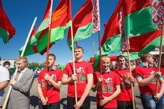 De niet geïdentificeerde Jeugd van Patriottische Partij Brsm houdt Vlaggen op de Viering van Victory Day Royalty-vrije Stock Afbeelding