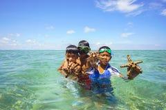 De niet geïdentificeerde jonge geitjes van Bajau Laut op een boot in Maiga-Eiland Stock Foto's