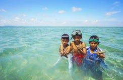 De niet geïdentificeerde jonge geitjes van Bajau Laut op een boot in Maiga-Eiland Royalty-vrije Stock Foto