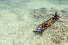 De niet geïdentificeerde jonge geitjes van Bajau Laut op een boot in Maiga-Eiland Stock Afbeelding