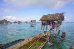 De niet geïdentificeerde jonge geitjes van Bajau Laut op een boot in Maiga-Eiland op 19 November, 2015 Royalty-vrije Stock Foto's