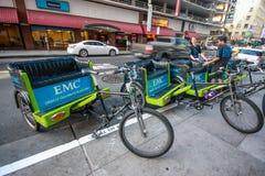 De niet geïdentificeerde jonge trishawbestuurders wachten attandees van de conferentie van Oracle OpenWorld Royalty-vrije Stock Foto