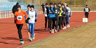 De niet geïdentificeerde jongens bij de 20.000 meters ras lopen Stock Fotografie
