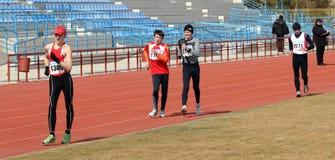 De niet geïdentificeerde jongens bij de 20.000 meters ras lopen Stock Foto