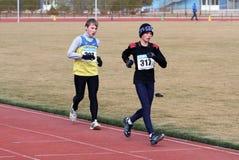 De niet geïdentificeerde jongens bij de 5.000 meters ras lopen Royalty-vrije Stock Foto's