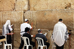 De niet geïdentificeerde Joodse mensen bidden bij de Loeiende muur (Westelijke muur) Stock Foto